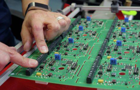 HandbestückungvonzusätzlichenDurchsteckbauteilenaufeinerfertigenSMT Leiterplatte