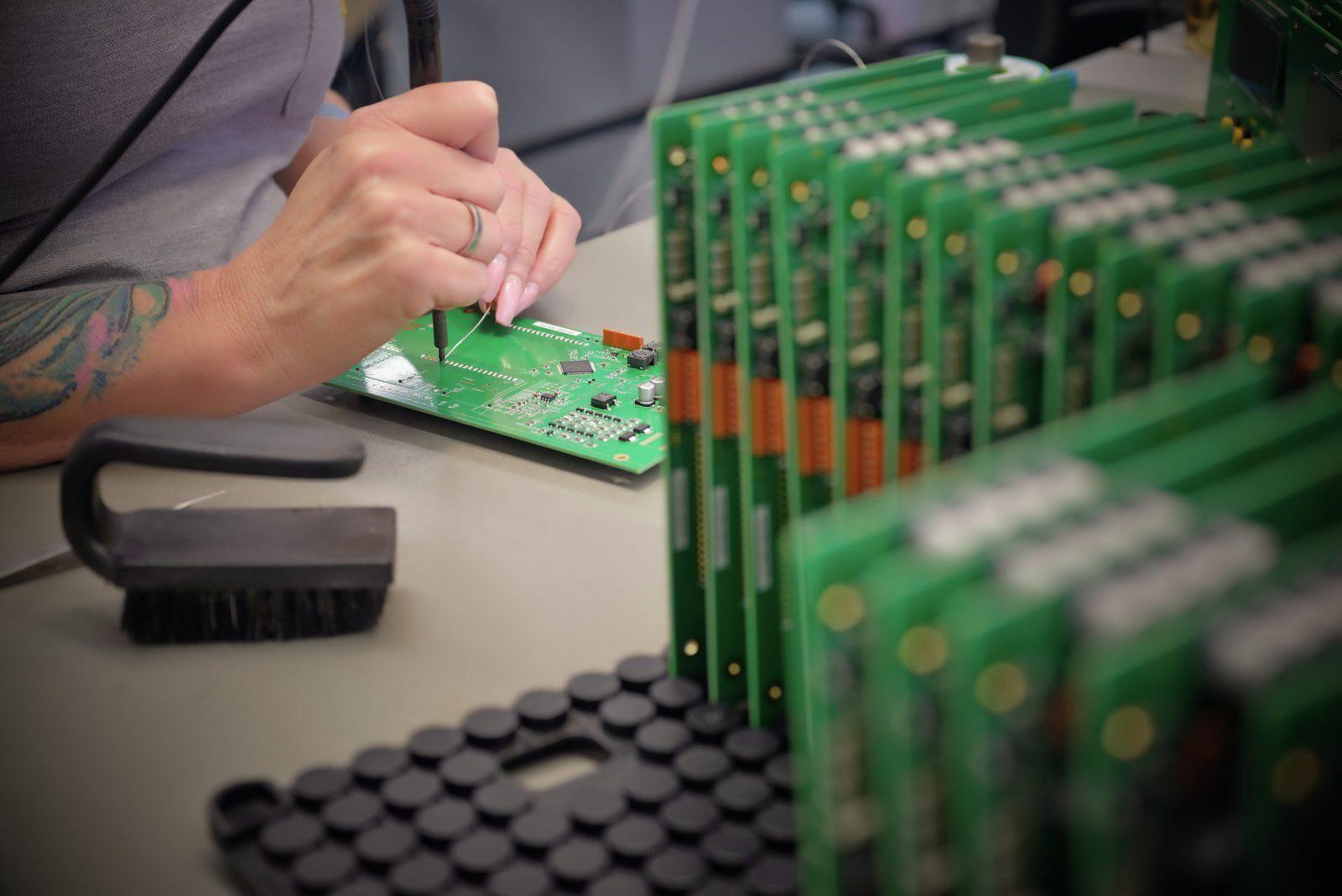 Handbestueckung Loeten zusätzlicher Bauteilen auf fertiger SMT Leiterplatte IMGP Idea   ji k