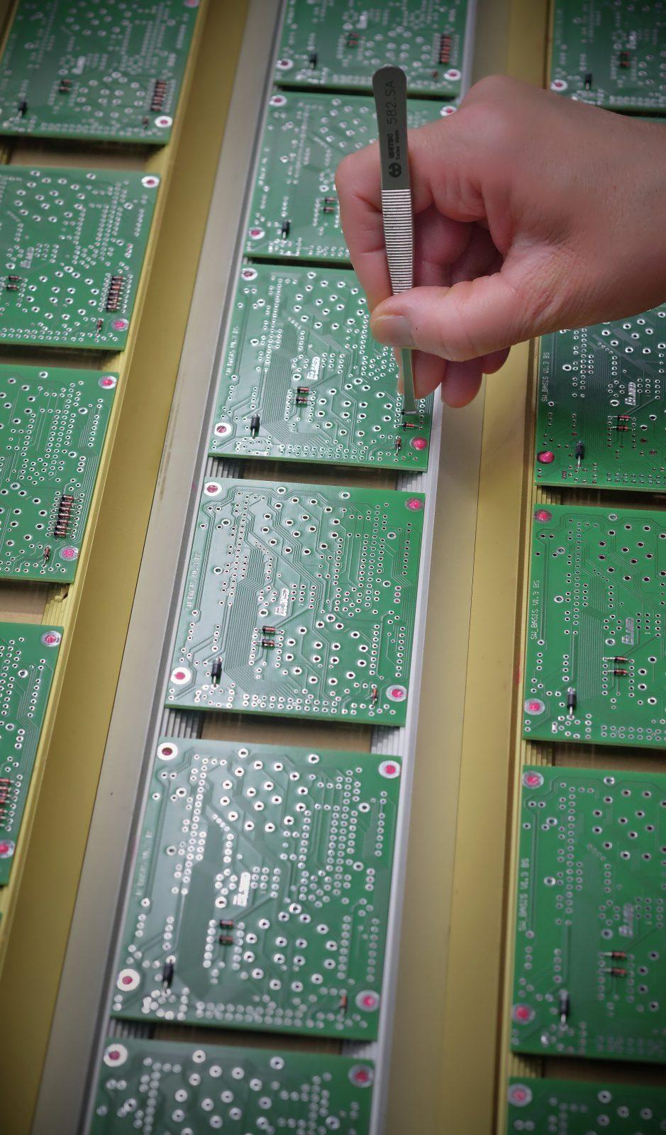 Handbestückung von Durchsteckbauteilen auf einer THT-Leiterplatte