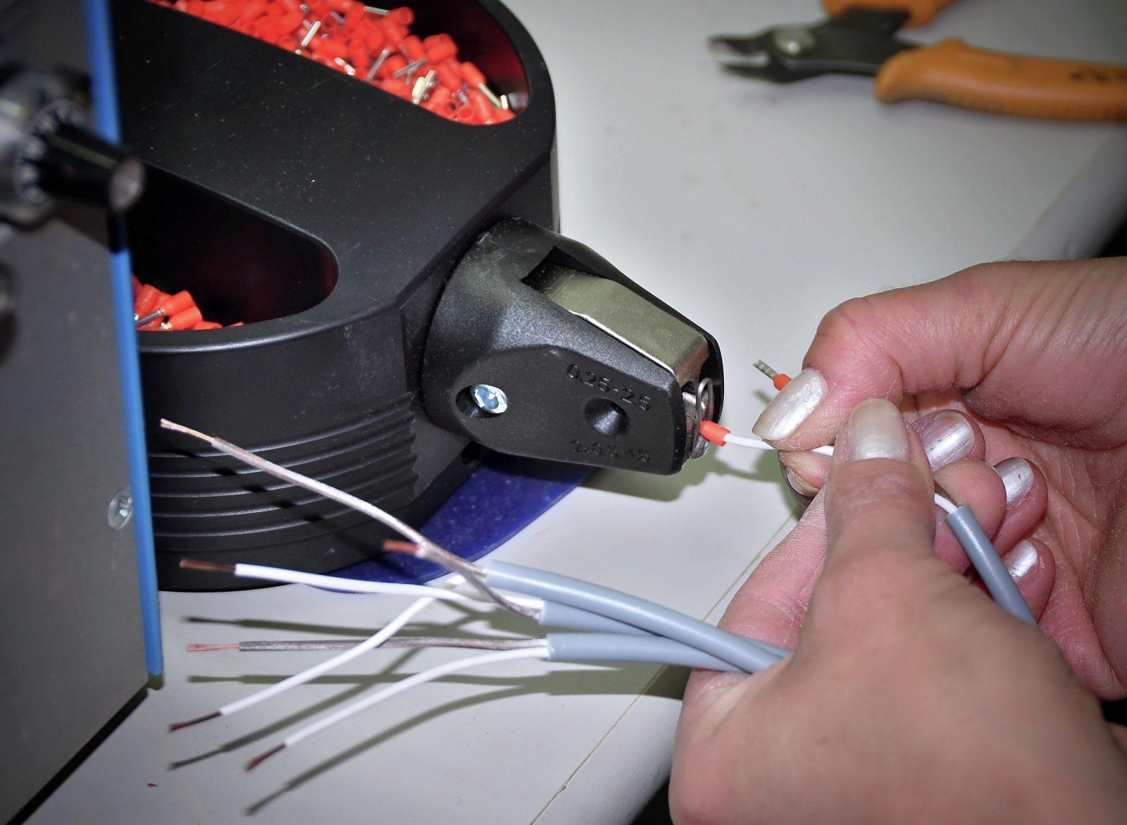 Kabelkonfektion: Leitungsendenbearbeitung mit Crimpkontakten