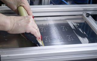 Aufbringung der Lötpaste mittels Rakel auf maskierte Leiterplatte