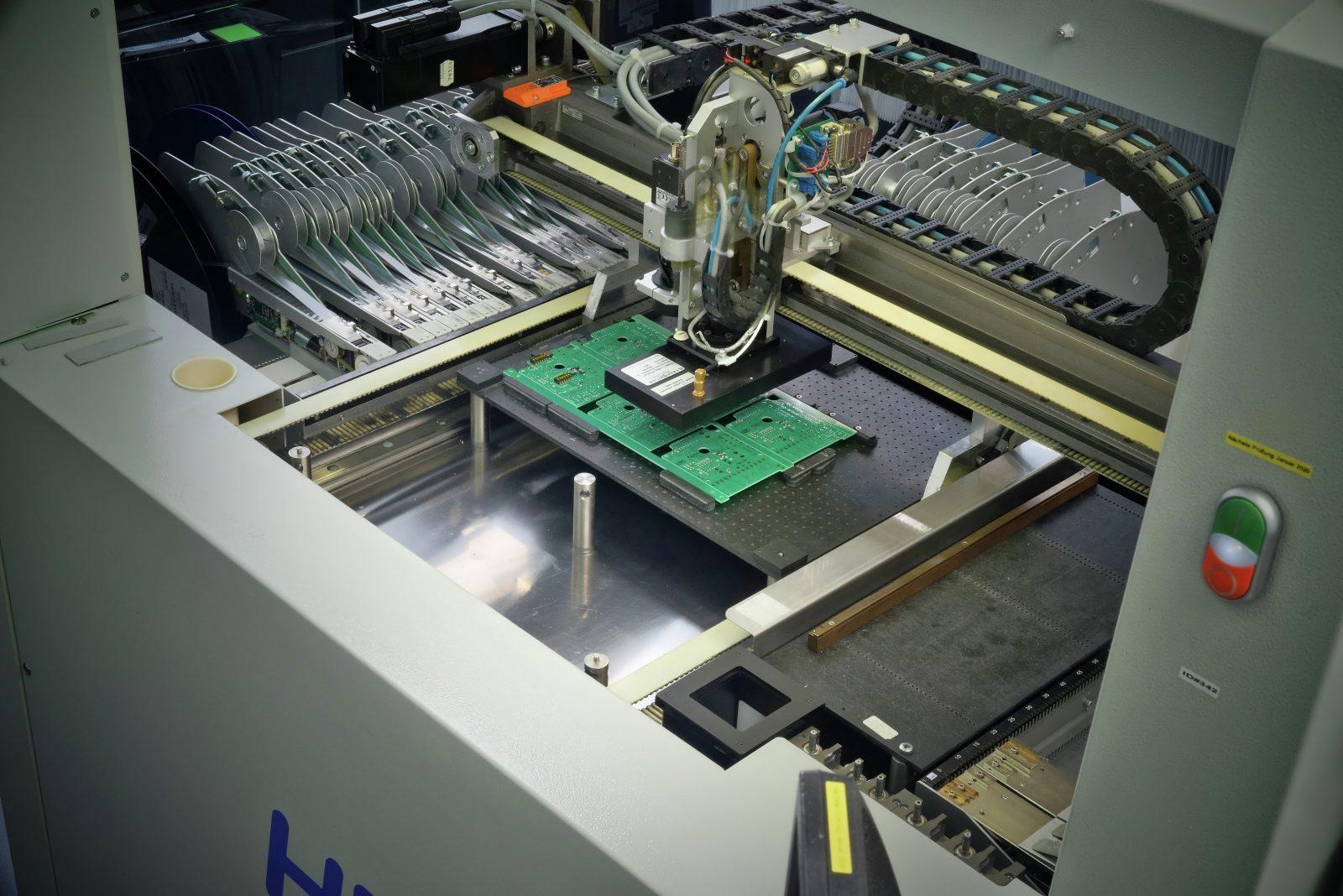 SMT Leiterplattenbestueckung Bestueckungsautomat bei der Bestueckung von BauteilenIMGP Idea  k