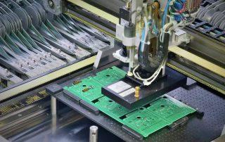 SMT Leiterplattenbestueckung Bestueckungsautomat bei der Bestueckung von BauteilenIMGP Idea  close k