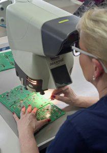 SMT Qualitätskontrolle: Mikroskopische Prüfung der fertig bestückten SMT Leiterplatten