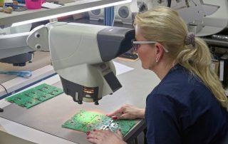 SMT Qualitaetskontrolle am Mikroskop